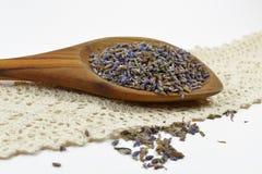 Natürlicher Lavendel in einem hölzernen Löffel Stockfotografie