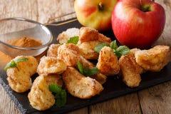Natürlicher Nachtisch: geschnittene Äpfel brieten mit Zimt, Zucker und MI Stockbild
