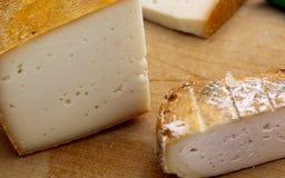 Natürlicher organischer handgemachter gelber Käse des Bauernhofes Stockfotografie