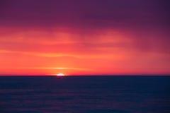 Natürlicher purpurroter Farbsonnenuntergang oder Sonnenaufgang-Himmel über Meer nach Sturm lizenzfreies stockfoto