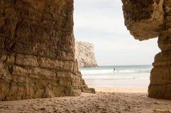Natürlicher Rahmen auf den Felsen von Beliche-Strand, in Sagres stockbild