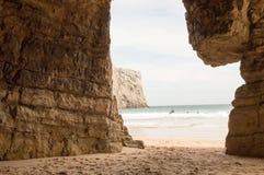Natürlicher Rahmen auf den Felsen von Beliche-Strand, in Sagres stockfotografie