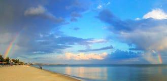Natürlicher Regenbogen über dem Strand Lizenzfreie Stockfotografie