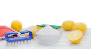 Natürlicher Reiniger, Backnatron und Zitrone stockbild