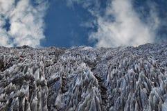 Natürlicher Salzberg gegen einen blauen Himmel Stockfotografie
