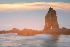 Natürlicher schöner Felsen auf Küstenlinienseeküste Stockfoto