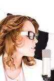 Natürlicher schauender junger weiblicher Popsänger Lizenzfreies Stockfoto