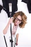 Natürlicher schauender junger weiblicher Popsänger Stockfotos
