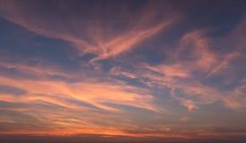 Natürlicher Sonnenuntergang-Sonnenaufgang über Feld oder Wiese Heller drastischer Himmel stockfotos