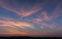 Natürlicher Sonnenuntergang-Sonnenaufgang über Feld oder Wiese Heller drastischer Himmel lizenzfreie stockfotografie
