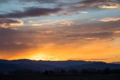 Natürlicher Sonnenuntergang-Sonnenaufgang über Feld oder Wiese Heller drastischer Himmel lizenzfreie stockbilder