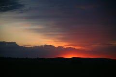 Natürlicher Sonnenuntergang-Sonnenaufgang Sun über Skylinen, Horizont Warme Farben Stockfoto