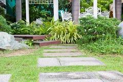 Natürlicher Steinplatteweg, der im Hausgarten landschaftlich gestaltet Stockfotos