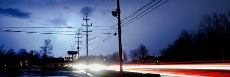 Natürlicher Strom-Blitzschlag hinter elektrischen Linien Stockbild