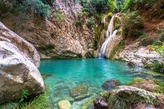 Natürlicher Wasserfall und See in Polilimnio-Bereich in Griechenland lizenzfreie stockbilder