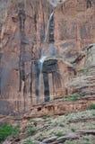 Natürlicher Wasserfall weg von Moab-Felsen stockbilder