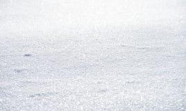 Natürlicher Winterhintergrund mit Schnee treibt im Weihnachten Sun stockfotos
