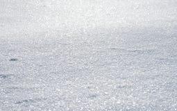Natürlicher Winterhintergrund mit Schnee treibt im Weihnachten Sun lizenzfreie stockfotografie