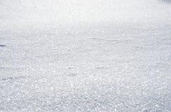 Natürlicher Winterhintergrund mit Schnee treibt im Weihnachten Sun stockbild