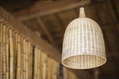Natürliches Bambusinnenarchitekturlampenschirmdetail Stockfotografie