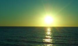 Natürliches Bild in der Abend-Zeit Sun stellte in Meer ein Stockfotografie