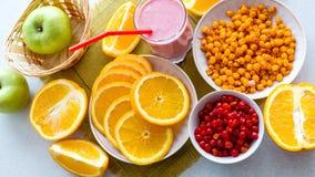 Natürliches Cocktail der Beere und saftige Frucht auf dem Tisch Ansicht von oben Stockfotos