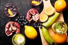 Natürliches Detoxwasser gemacht vom Hineingießen berried, von den Obst und Gemüse von Stockfoto