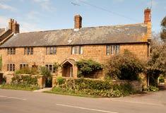 Natürliches englisches Dorf-Steinhaus Stockbild