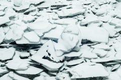Natürliches gebrochenes Eisblau bedeckt mit Schnee bei einfrierendem Winterwetter Lizenzfreie Stockbilder