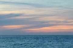Natürliches gewaschenes Pastell-cloudscape Meer und wispy Wolkenhimmel an der Dämmerung Weicher Hintergrund lizenzfreies stockfoto