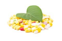 Natürliches grünes Blatt auf Pillen Stockbilder