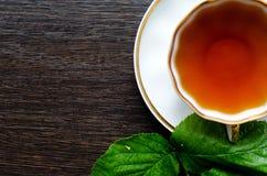 Natürliches Kräuterantipyretikum - organische Himbeere verlässt Tee Stockfoto
