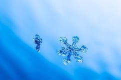Natürliches Kristallmakro der Schneeflocke Stockfotos