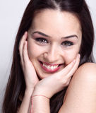 Natürliches Lächeln der netten hübschen Frau Lizenzfreie Stockfotos