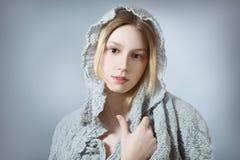 Natürliches Mädchen im Grau Lizenzfreie Stockfotos