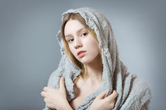 Natürliches Mädchen im Grau Lizenzfreies Stockbild