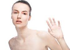 Natürliches Make-up des Schönheitsfrauen-Mädchens durch nasses Glas Stockfotografie