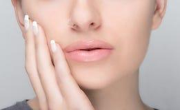 Natürliches Make-up und französische Maniküre. Sinnliche Lippen Lizenzfreies Stockfoto
