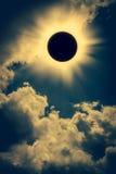 Natürliches Phänomen Sonnenfinsternisraum mit Wolke auf Goldhimmel b stockfotos