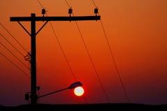 Natürliches Sonnenlicht, das künstlichen Strom ersetzt stockfotos