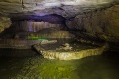 Natürliches speleothem, Kaskaden von Seen und Wasserfälle in Nizhneshakuranskaya höhlen aus lizenzfreies stockfoto