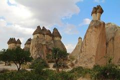 Natürliches Tal mit vulkanischem Tuffstein schaukelt in Pasabag in Cappadocia, die Türkei stockfotografie