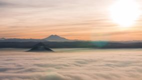 Natürliches timelapse Die Spitzen von enormen Bergen steigen über den Ozean von schnell beweglichen Wolken Auf dem Horizont ist d stock footage