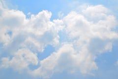 Natürliches weiches Wolkenmuster auf Hintergrund des blauen Himmels Stockbild