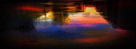 Nat asfalt na regen, weerspiegeling van neonlichten in vulklei De lichten van de nacht, neonstad Abstracte donkere achtergrond stock afbeelding