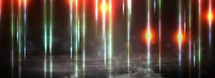 Nat asfalt na regen, weerspiegeling van neonlichten in vulklei De lichten van de nacht, neonstad Abstracte donkere achtergrond stock foto's
