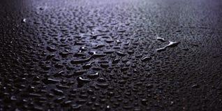 Nat asfalt, nachtsc?ne van een lege straat met wat bezinning in het water stock fotografie