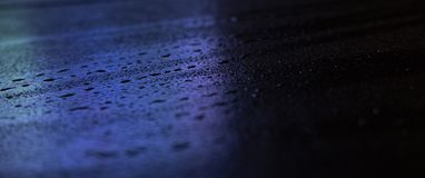 Nat asfalt, nachtsc?ne van een lege straat met wat bezinning in het water royalty-vrije stock fotografie