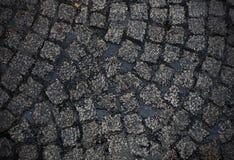 Nat cobblestoned Europese straatachtergrond royalty-vrije stock fotografie