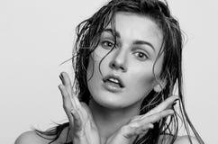Nat haar headshot portret, van een verrast modelmeisje, vrouw, dame Stock Afbeelding